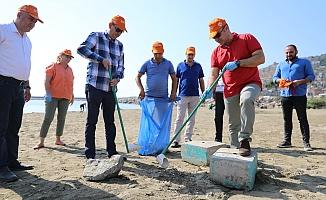 Başkan Yücel ve çevreci gönüllüler plajları temizledi