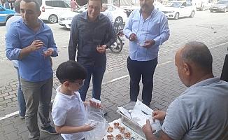 Mehmetçik için lokma tatlısı dağıtıp dualar ettiler