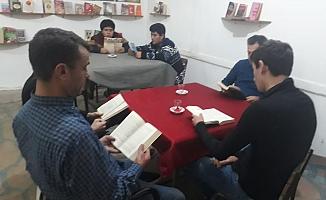 Bu kıraathanede kitap okuyana çay ücretsiz