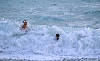 İngiliz baba oğlun dev dalgalarda tehlikeli oyunu
