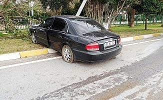 Alanya'da sürücü refüjdeki direğe çarptı: 1 yaralı