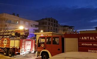 Balkonda yanan mangal itfaiyeyi alarma geçirdi
