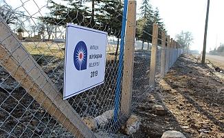 Mezarlıklar tel çitle çevriliyor