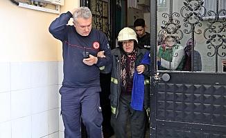 Yangına evde tek başına yakalanan yaşlı kadın, itfaiyeci kıyafetiyle kurtarıldı