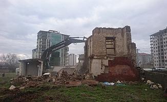 Yeşilyurt'ta metruk binalar yıkılıyor
