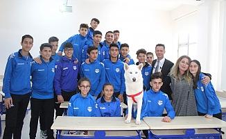 Alanya'da müdürün internetten sahiplendiği köpek okullu oldu