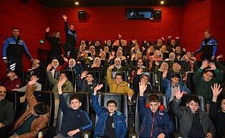 Elazığ polisi, depremzede çocukları sinemaya götürdü