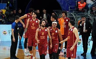Galatasaray futboldan sonra basketbolda da Fenerbahçe'yi deplasmanda yenememe serisini bitirdi