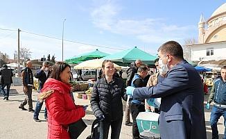 Burdur Belediyesi  Salı Pazarında  ücretsiz 10 bin adet maske dağıttı