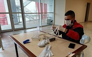 Gençlik merkezlerinde siperlikli maske üretiliyor