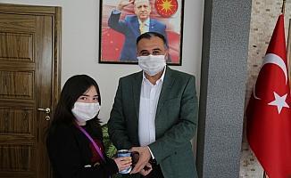 Kumbarasını bağışlayan Elanur'a, Başkan Cabbar'dan jest