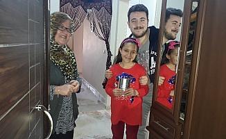 Minik kız biriktirdiği parasını 'Biz Bize Yeteriz Türkiyem' kampanyasına bağışladı
