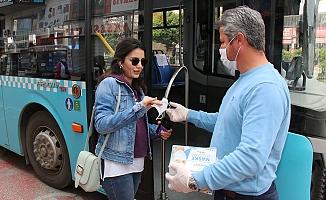 Toplu taşımayı kullananlara ücretsiz maske dağıtılıyor