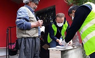 Uludere'de yaşlıların maaşları evlerinde teslim edildi