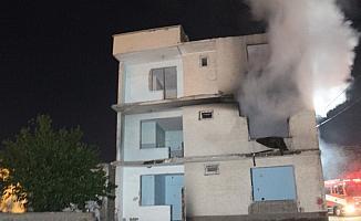 Elazığ'da depremde hasar gören binada yangın çıktı