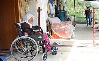 Odasından çıkamayan Zeynep nineye tekerlekli sandalye sürprizi