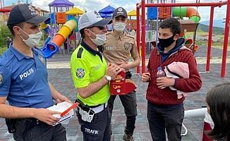 Polis, parklarda oynayan çocuklara çikolata kek ve meyve suyu ikram etti