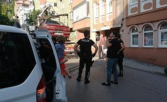 Alkollü sürücü apartman girişine daldı