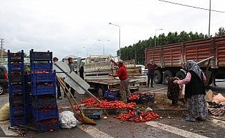 Kamyon kamyonete çarptı, domatesler yola saçıldı