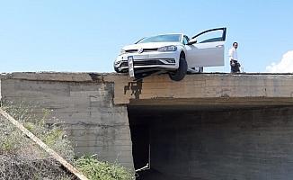 Kaza yapan otomobil köprüde asılı kaldı