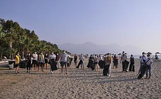 Kuşadası'nda gönüllü gençler çevre temizliği yaptı