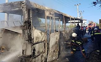 Park halindeki otobüs alev alev yandı