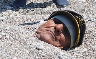 Yaşlı adam 40 dereceyi bulan sıcaklıkta sahilde kendini kuma gömüp şifa aradı