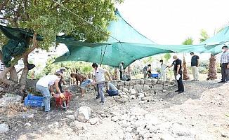 Aratos'un anıt mezarı kazılarında iç duvara ulaşıldı