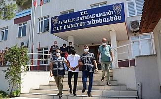 Balıkesir'de kendini polis olarak tanıtan dolandırıcıları yaşlı kadın kıskıvrak yakalattı