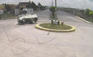 Cam yüklü kamyonet dönüş yaparken böyle devrildi