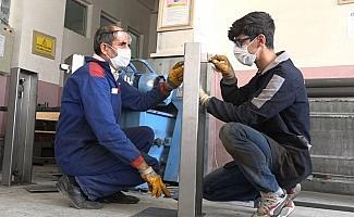 1 milyon lira ciro yapan okul, dezenfektan standıı üretimine başladı