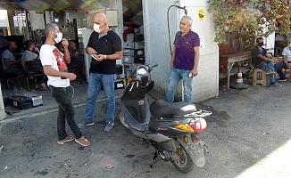 15 gün önce çalınan motosikletini arkasından koşarak polise yakalattı