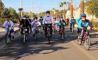 Belediye başkanı şampiyon sporcularla pedal çevirdi