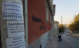 Ev sahipleri ilanlarla sokaklarda