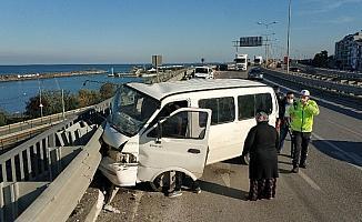 Samsun'da panelvan minibüs viyadükteki bariyerlere çarptı: 3 yaralı