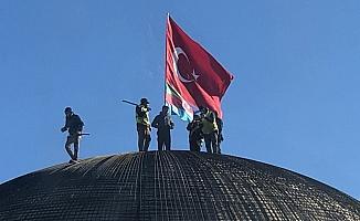 Sultan Alparslan Külliyesi kubbesine Türk ve Azerbaycan Bayrağı asıldı