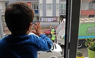2,5 yaşındaki Yusuf ile çöp kamyonu personelinden yürekleri ısıtan 'selamlaşma' dersi