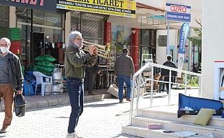 Brezilyalı orkestra şefinden Gazipaşa sokaklarında trompet resitali