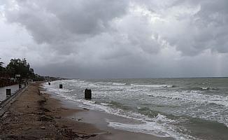 Kuvvetli fırtına Kuşadası'nda günlük yaşamı etkiliyor