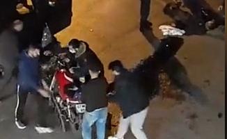 Otomobilin altına giren motosiklet sürücüsü ölümden döndü