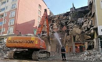 Tinercilerin mesken tuttuğu 4 katlı bina yıkıldı