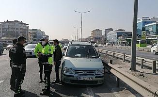 Makas atan bir otomobil yüzünden bariyerlere çarptı: 1 yaralı