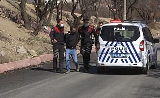Polis aracıyla kaçmaya çalışan şüpheliyi havaya ateş açarak yakaladı