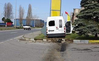 Refüje çıkan araç tabelaya çarparak durabildi: 1 yaralı