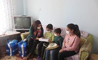Vali Gürel'in eşi derslerinde başarılı olan 4 kardeşe tablet hediye etti