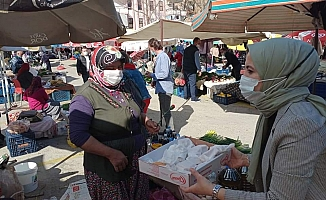 Alanya'da AK Kadınlar'dan Cuma Pazarı Çıkarması
