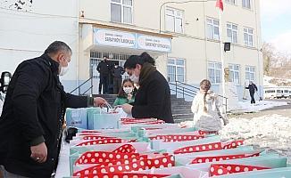 Atakum'dan yüzlerce minik öğrenciye sürpriz hediye
