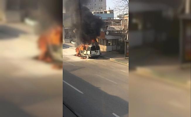 Bursa'da seyir halindeki hafif ticarî araç alev alev yandı