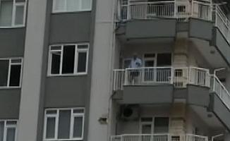 Evinin tüm eşyalarını balkon ve pencereden zemine atıp intihar girişiminde bulundu