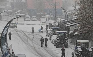 Malazgirt'te baharın ilk gününde lapa lapa kar yağışı